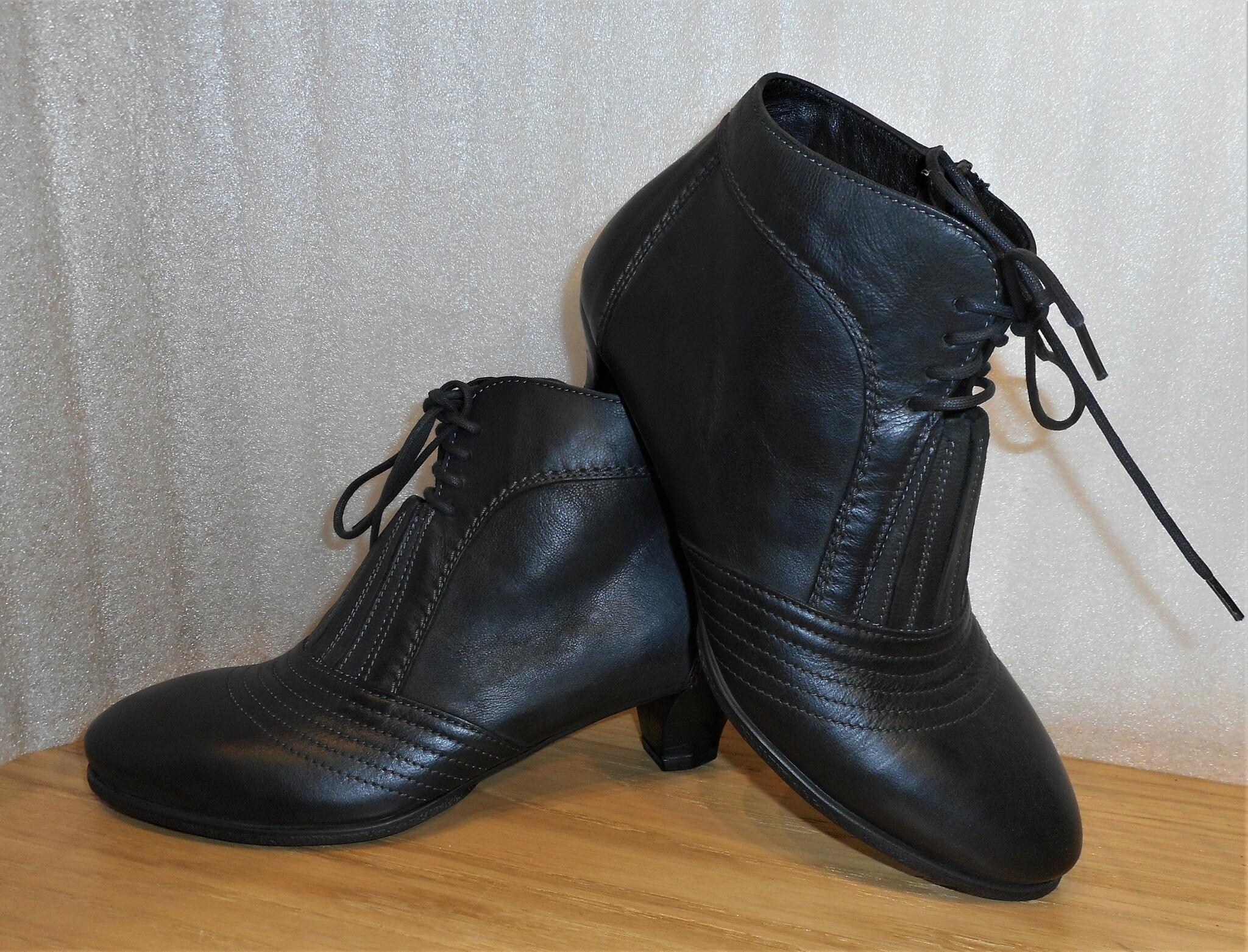 Svart kort boots med resår/snöre/blixtlås - Think!