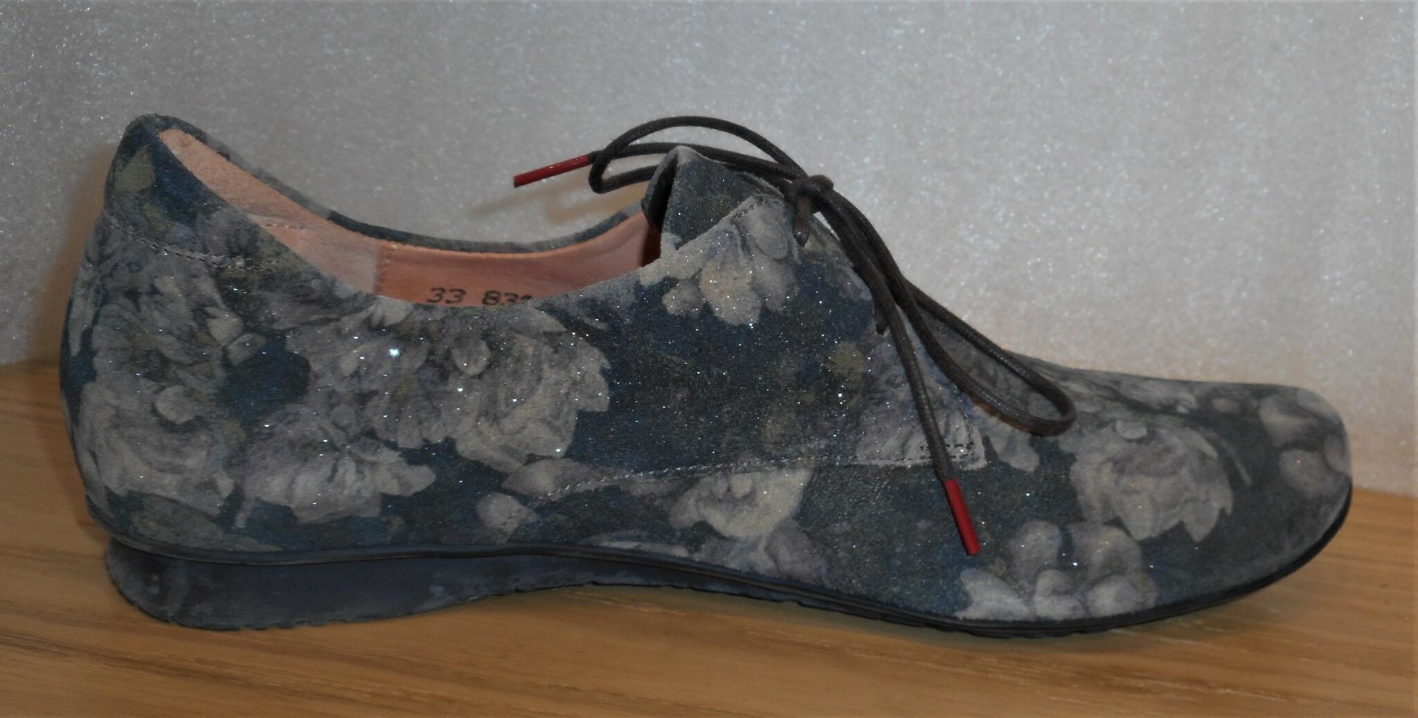 Grön/blommig snörsko från Österrikiska fabrikatet Think!