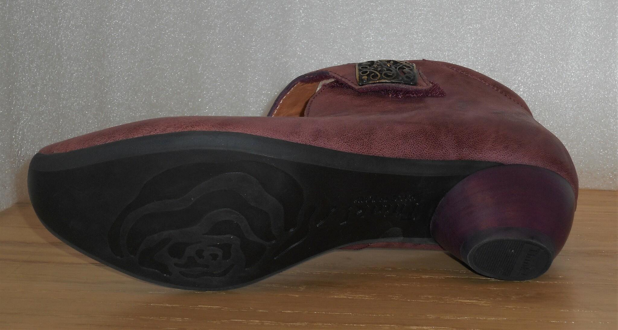 Gammelrosa sko från fabrikat Think!