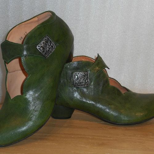 Grön sko med kardborreknäppning från fabrikat Think!