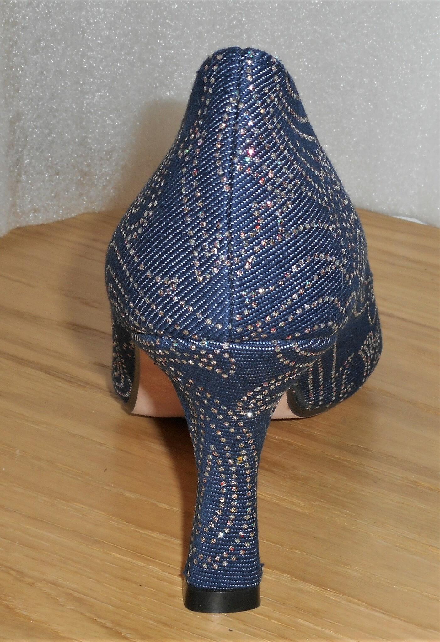 Jeansblå textilpumps med glittermönster - från Amante