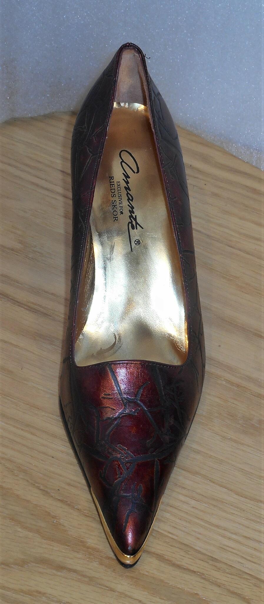 Vinröd pumps med krackeleringsmönster och gulddetaljer - Amante