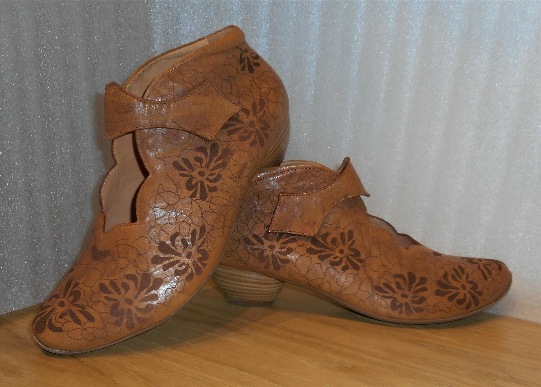 Karamellfärgad sko med blommönster - Think!