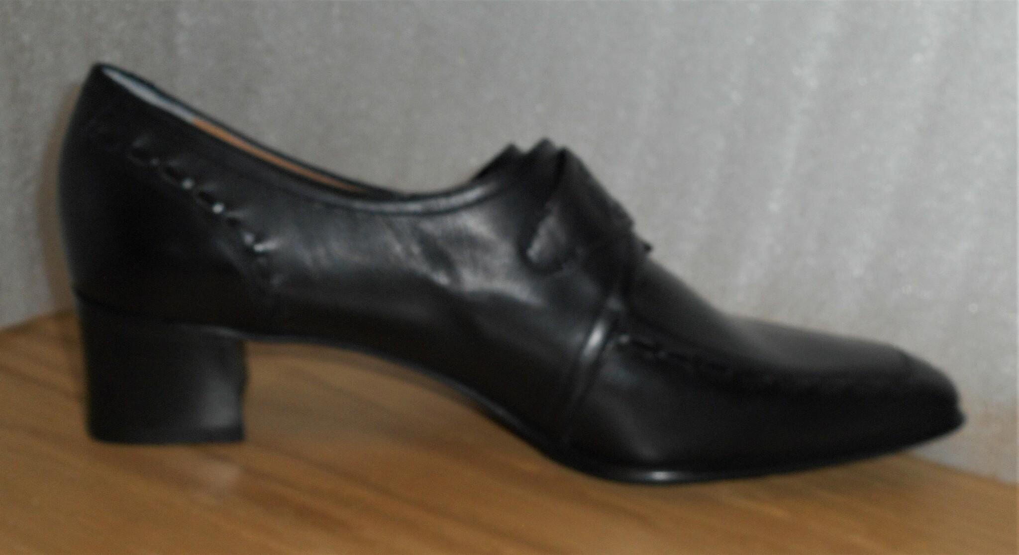 Svart sko med spänne från italienska Strafford