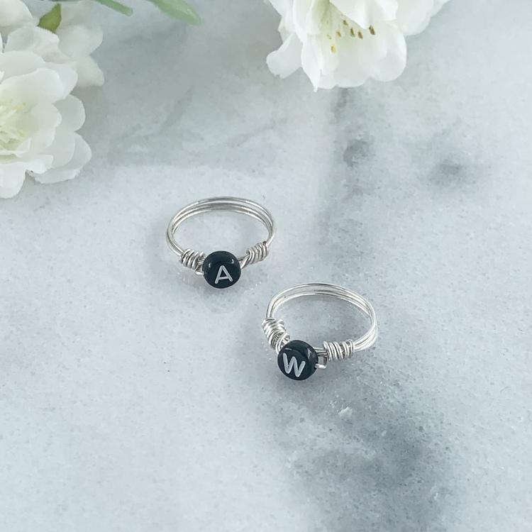 Handgjord ring med bokstav