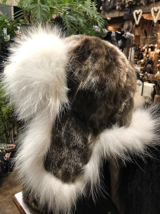 mössa med öronlappar-vitt