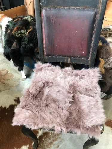 sittdyna  i fårskinn-puderrosa