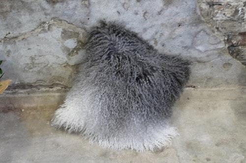Kudde i långhårigt, tibetanskt fårskinn