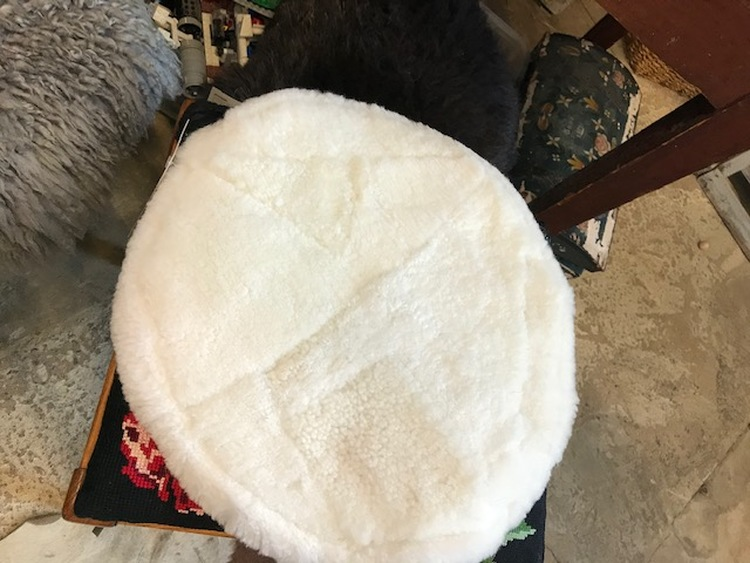 Sittdyna i fårskinn i patchwork