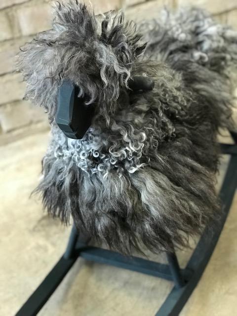GUNGFÅR i melerat grå krullig päls,svart