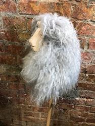 Käpphäst Fanny i grått fårskinn