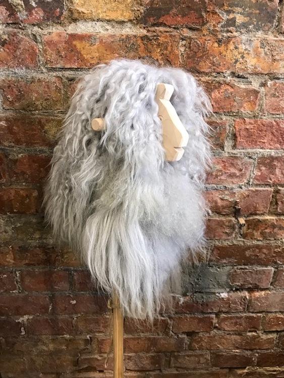 Käpphäst Fanny i grå fårskinn