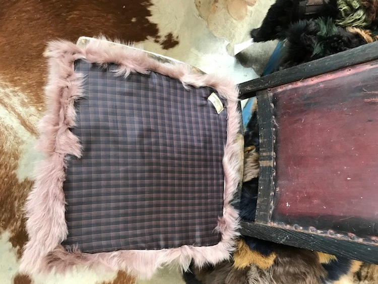 2 st  sittdynor i fårskinn