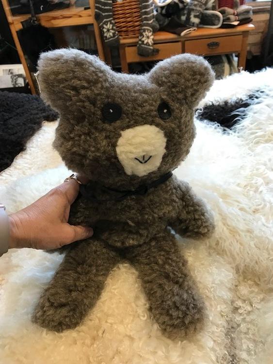 Nallebjörn Theodor brun  av äkta ull