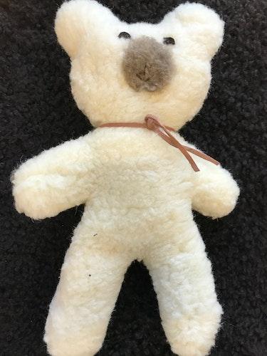 Nallebjörn Theodor vit  av äkta ull