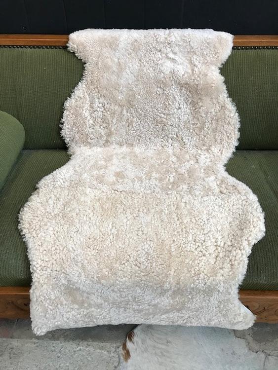 Australiensiskt fårskinn. ihåpsytt.140cm lång