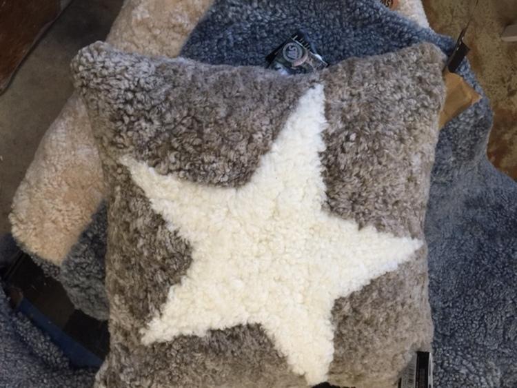 Kudde i korthårigt australiensiskt fårskinn