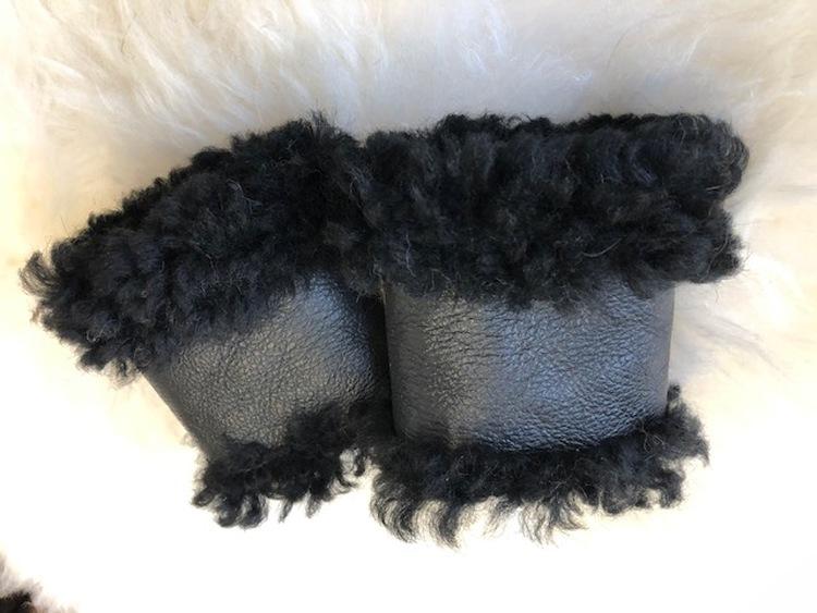 Handledsvärmare i fårskinn svarta