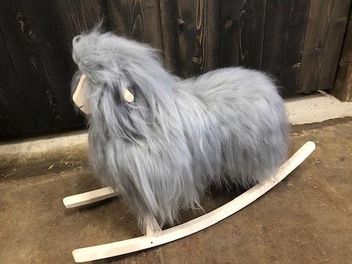 GUNGFÅR i grått långhårigt isländskt fårskinn