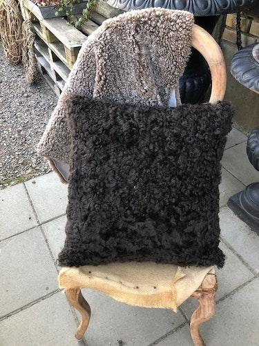 Kudde i australiensiskt fårskinn-mörk brun