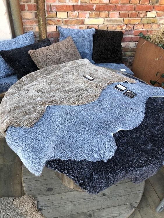 Kudde i australiensiskt fårskinn-grå
