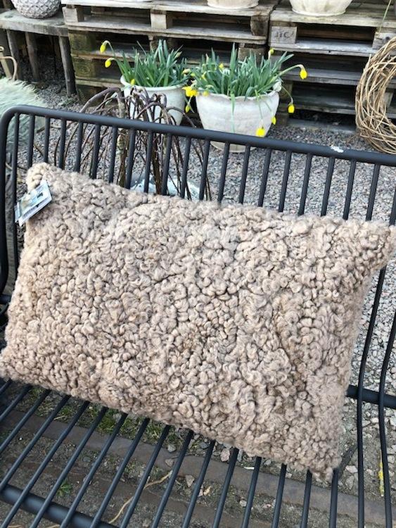 Kudde i australiensiskt fårskinn-brun 60x40 cm