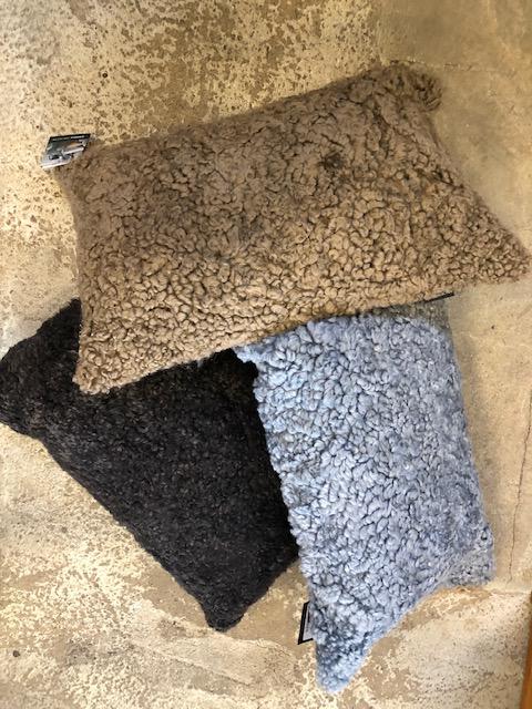 Kudde i australiensiskt fårskinn-mörkbrun
