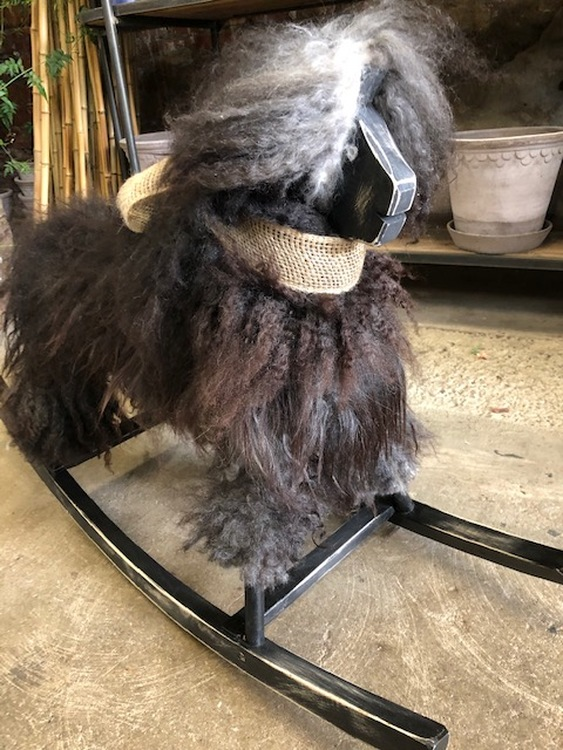 GUNGFÅR i  grå-brunt svenskt fårskinn,svart