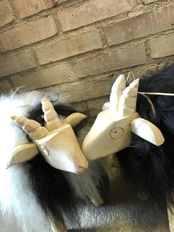 Lammstol klädd i äkta fårskinn