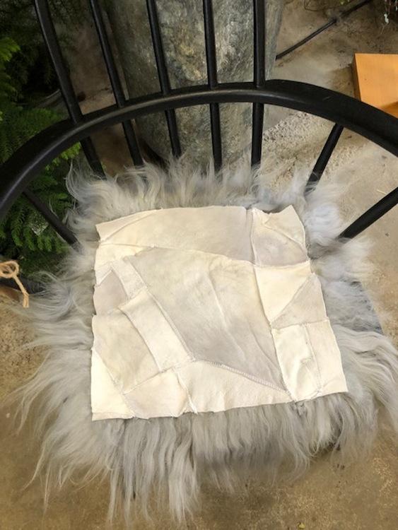 Långhårig fyrkantig stolsdyna i fårskinn