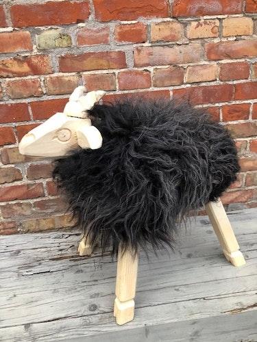 PALL-lamm klädd i svenskt fårskinn