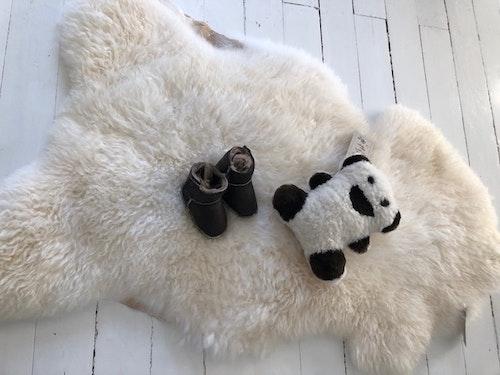 Lammskinn+babytofflor+fårskinnsnalle