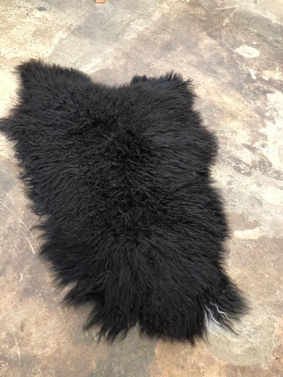 Isländskt fårskinn-svart ,krulligt