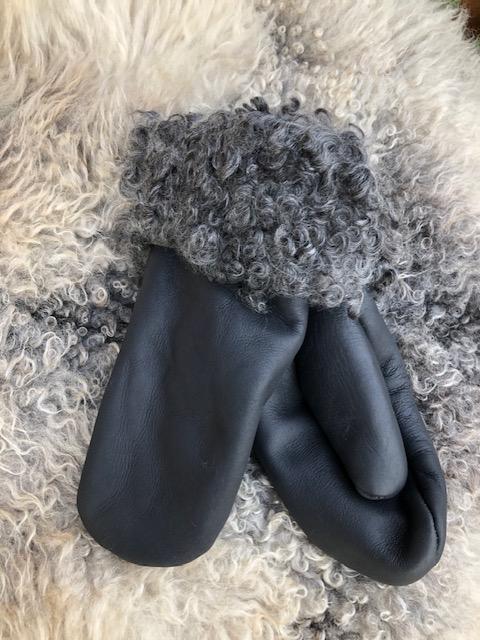 Fårskinnsvantar av äkta fårskinn med pälskant