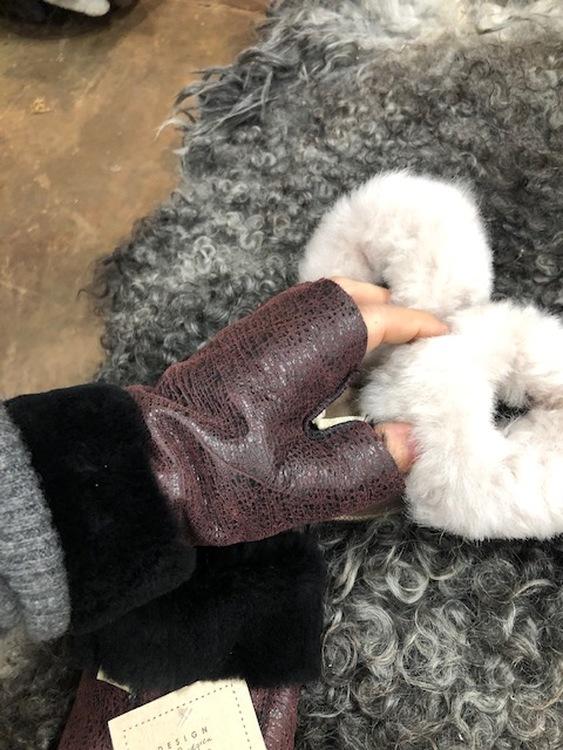 Torgvantar i fårskinn
