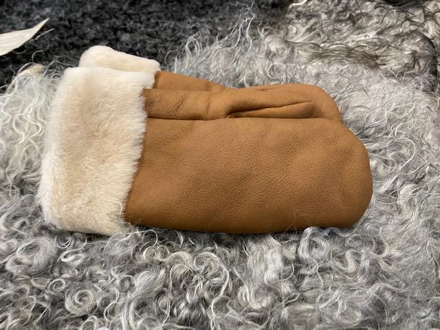 Fårskinnsvantar av äkta fårskinn med fårskinnskant
