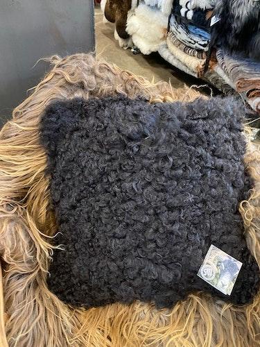 Kudde i svenskt fårskinn