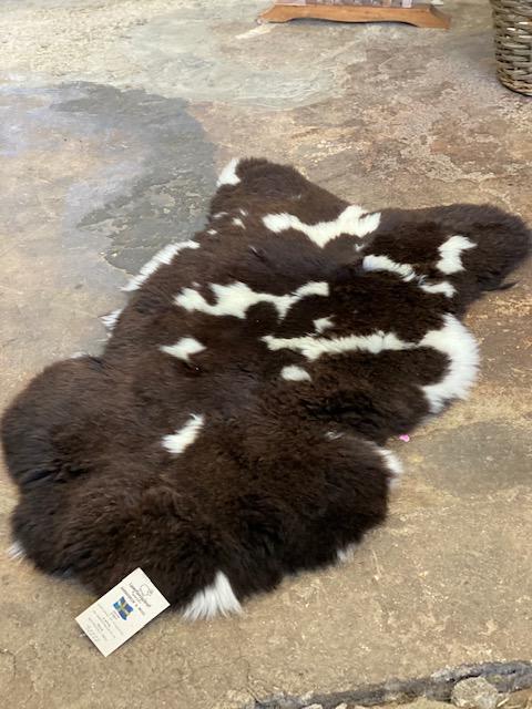 Engelskt fårskinn i mörk bruna nyanser 138