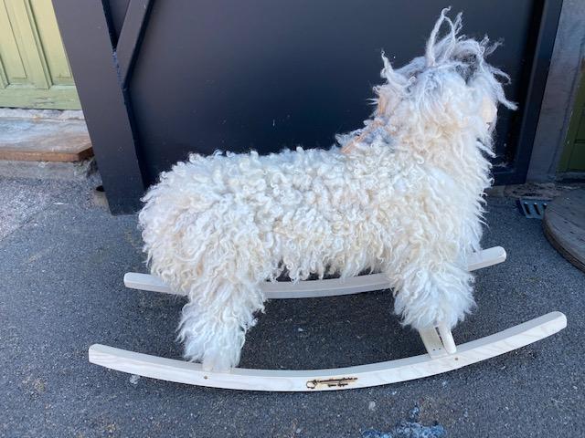 Gungfår i vitt krulligt fårskinn