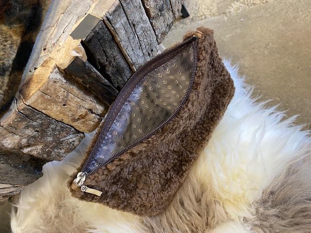 Sminkväska i äkta fårskinn