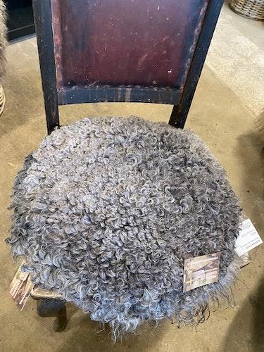 Sittdyna i gotländskt fårskinn fårskinn