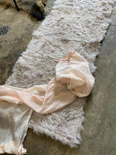 Fårskinnspläd i äkta fårskinn-Toscanalamm