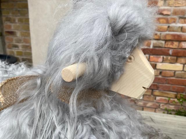 Gungfår i grått långhårigt  fårskinn