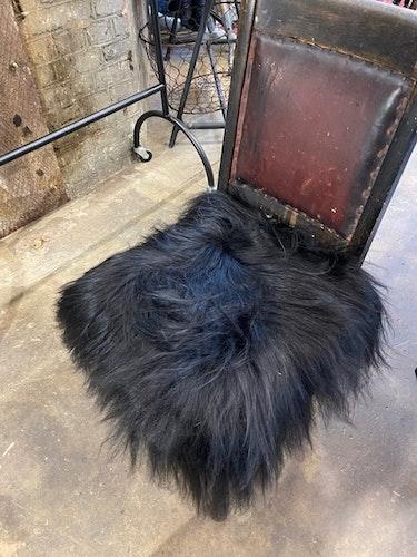 Långhårig fyrkantig stolsdyna i fårskinn-SVART