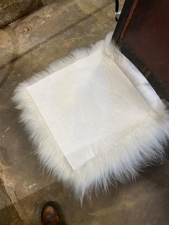 Långhårig fyrkantig stolsdyna i fårskinn-VIT