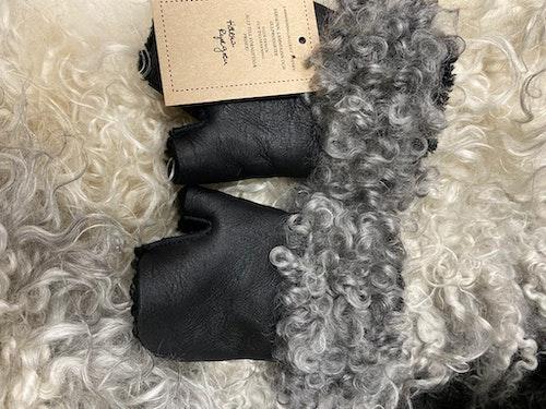 Torgvantar i fårskinn kantat med gotländskt fårskinn