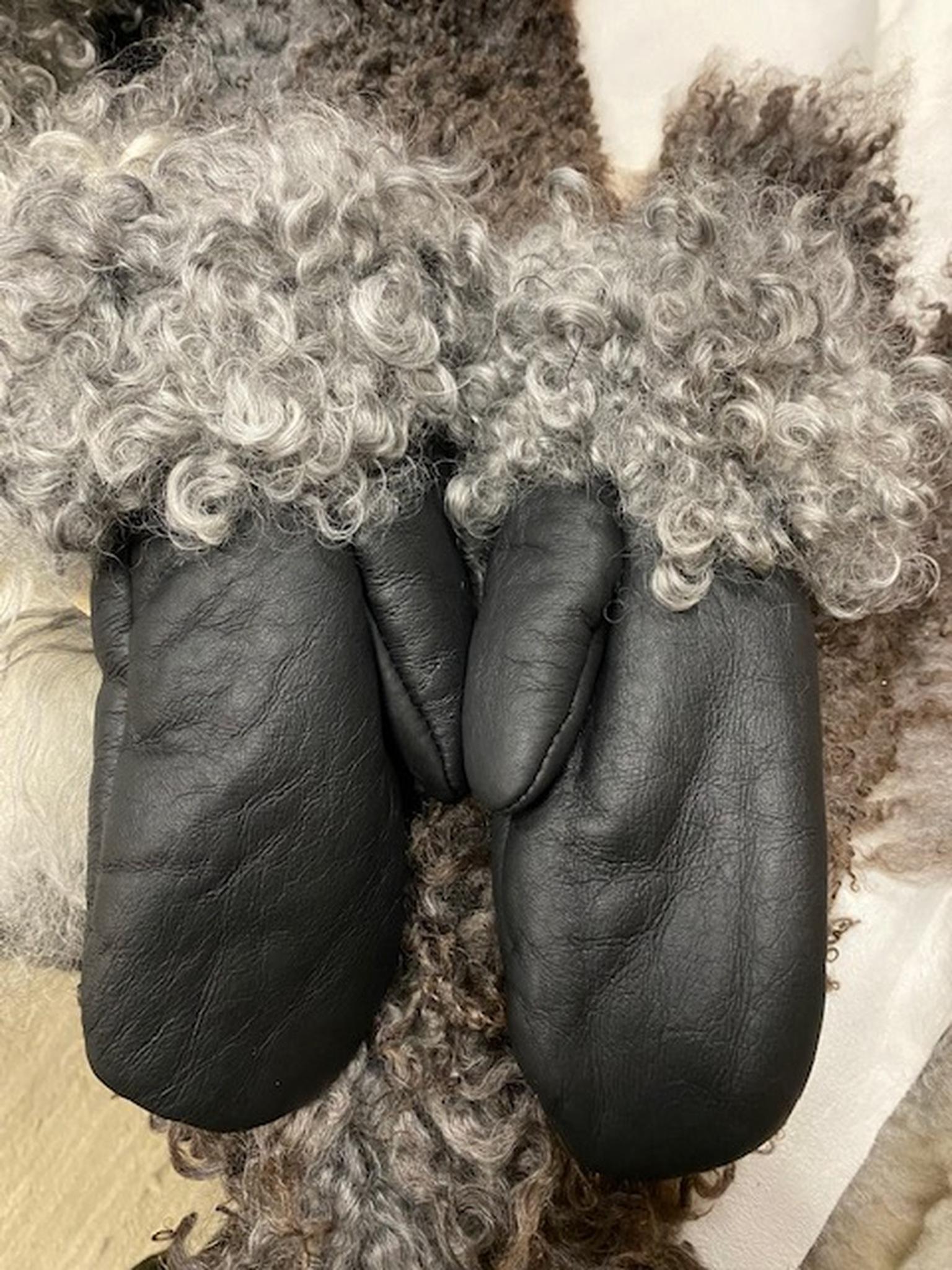 Fårskinnsvantar av äkta fårskinn med pälskant-S