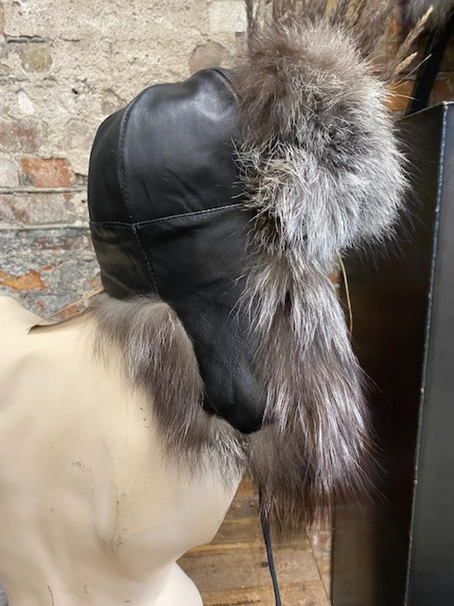 Fårskinnsmössa med öronlappar-svart