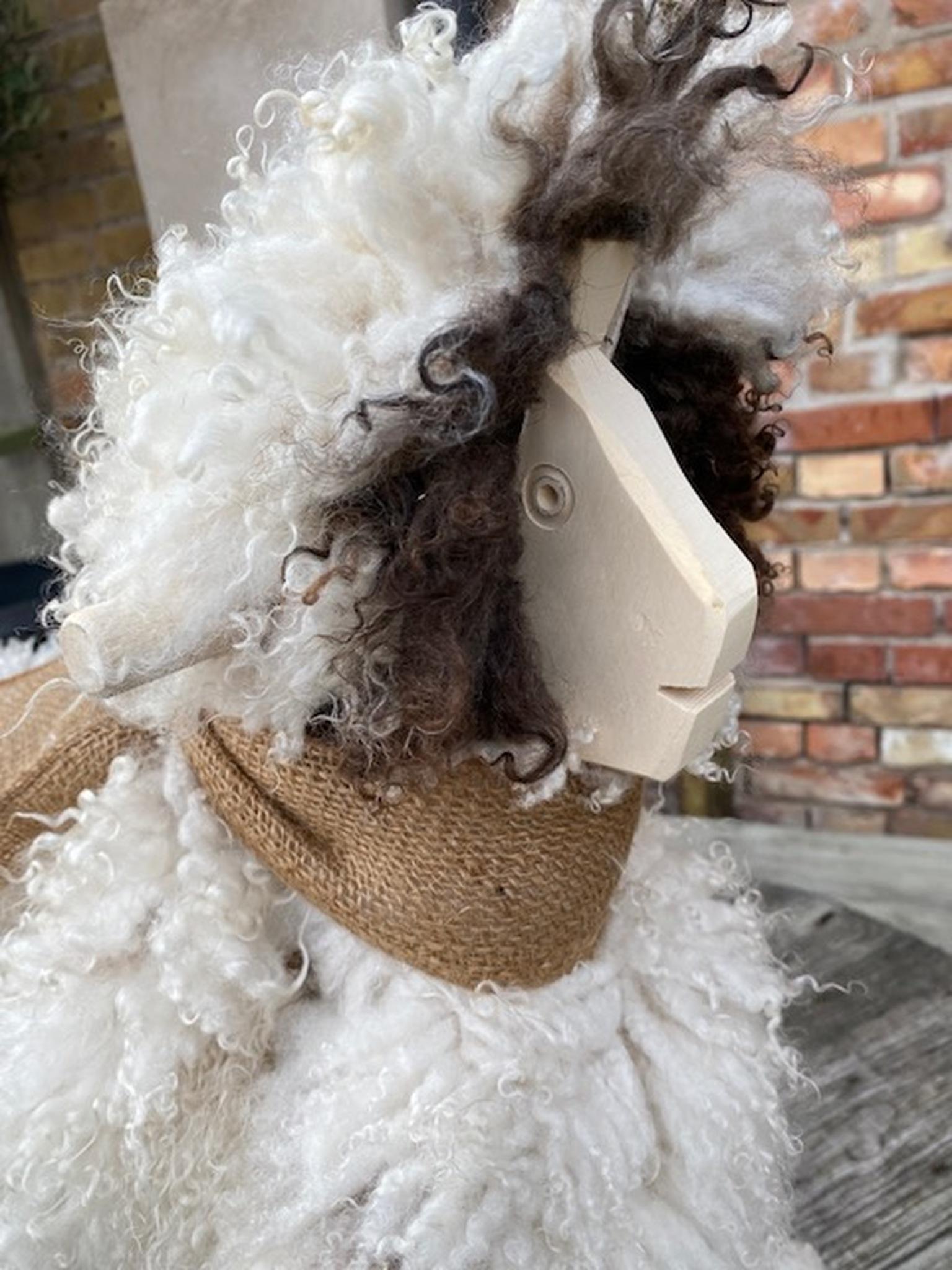 Gungfår i vitt fårskinn