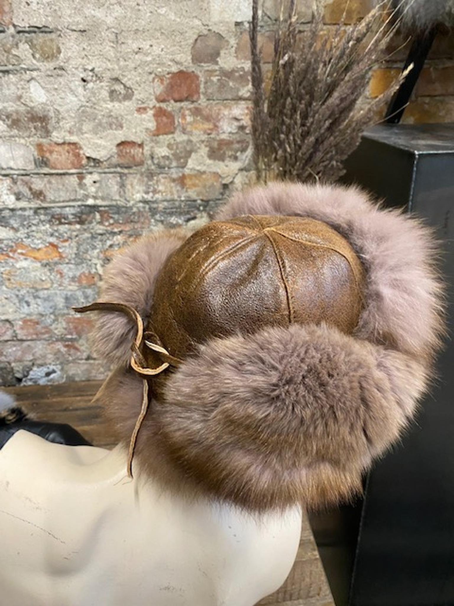 Fårskinnsmössa med öronlappar-brun
